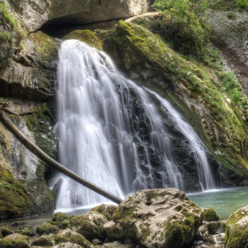 Lângă Arieșeni - cascadă ce iese din subteran și cade sub forma unui gigantic evantai.