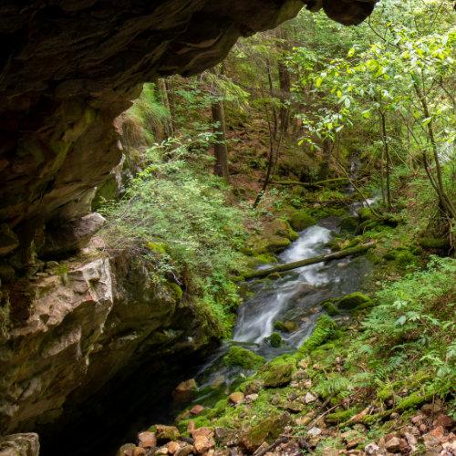 Peșteră și izbuc în Vidra - peste deal de Arieșeni.