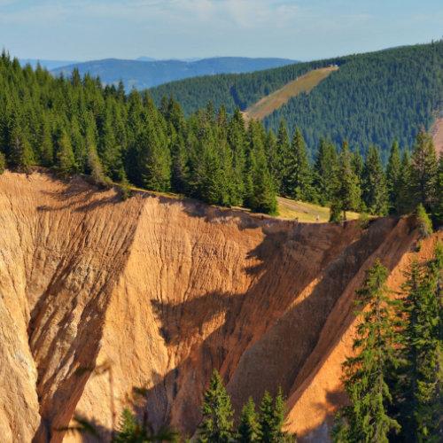Groapa Ruginoasă obiectiv turistic Vârtop lângă Arieșeni - gigantica formată natural