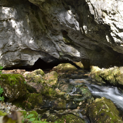 Obiectiv turistic Gârda de sus lânga Arieșeni - loc de popas pentru a admira peștera și izbucul