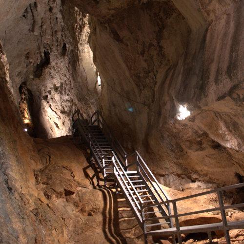 Peștera Poarta lui Ionele - obiectiv turistic din Gârda de sus ușor accesibil și celor mici