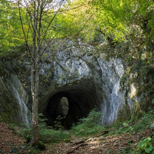 Peștera Porțile Bihorului - portal gigantic și fereastră spre cer. Situat la 20 de kilometrii de Arieșeni.