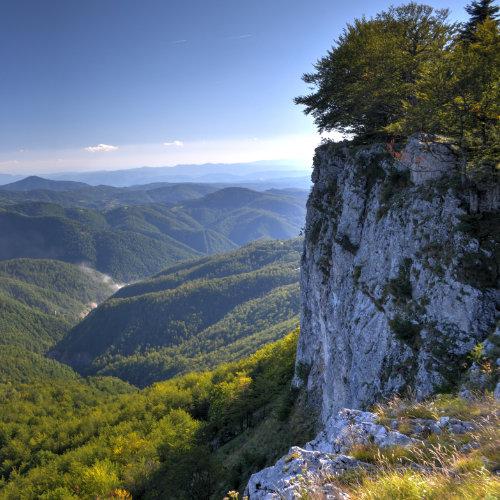 Pietrele Negre lângă Arieșeni. Adrenalină și priveliști spectaculoase. Poți alege traseul de via ferrata sau cel de drumeție.