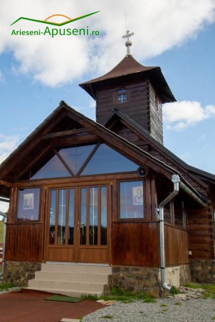 Biserica din Poiana Călineasa aproape de satele Ghețari, Ocoale și Casa de Piatră