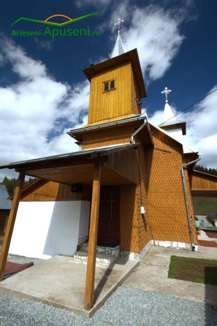 Biserica de lemn din Ocoale. Un loc de rugăciune în drum spre Ghețarul Scărișoara.