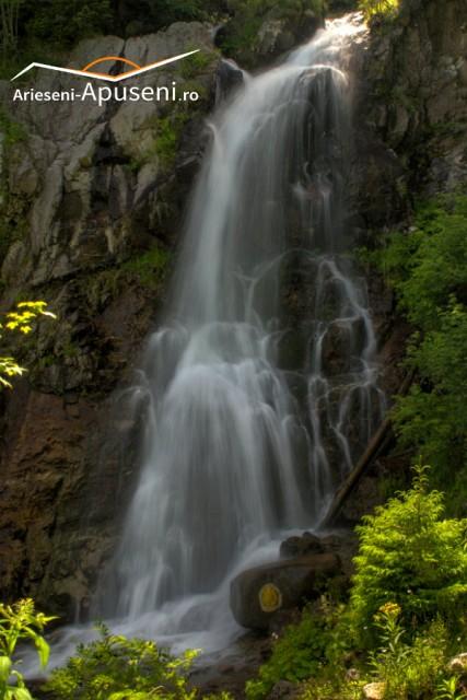 Respiră aer curat și bucură-te de priveliștea Cascadei Vârciorog