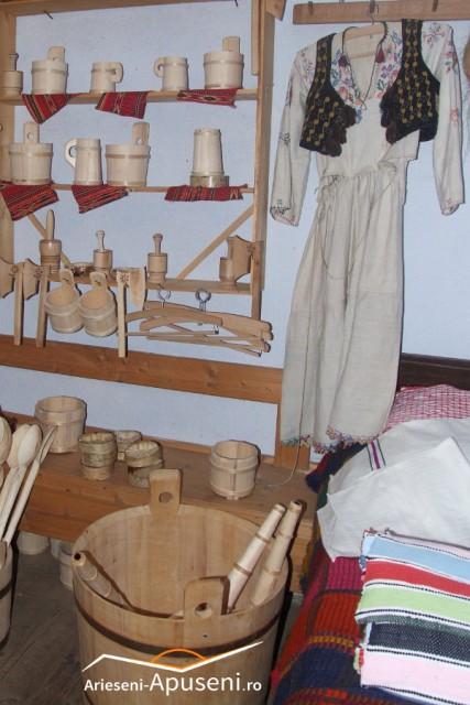 Expoziție cu vânzare a obiectelor de lemn confecționate de meșterii din Pătrăhăițești - Arieșeni
