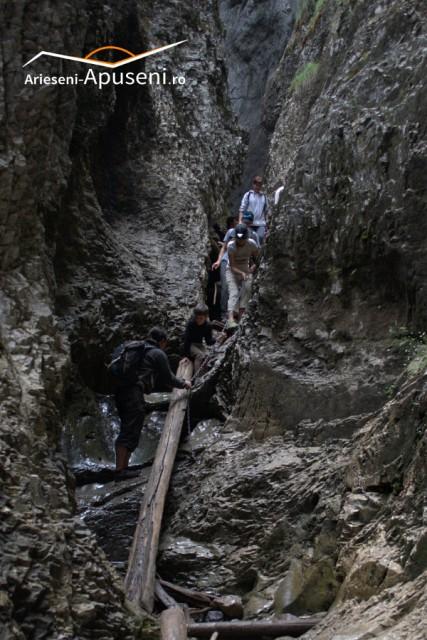 Pestera Cetatile Radesei - tunel natural prin munte