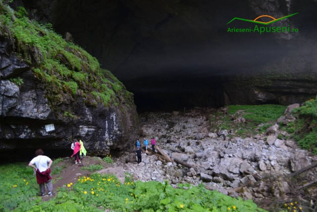 Turiști la intrarea în Peștera Coiba Mare - Arieșeni - Țara Moților.