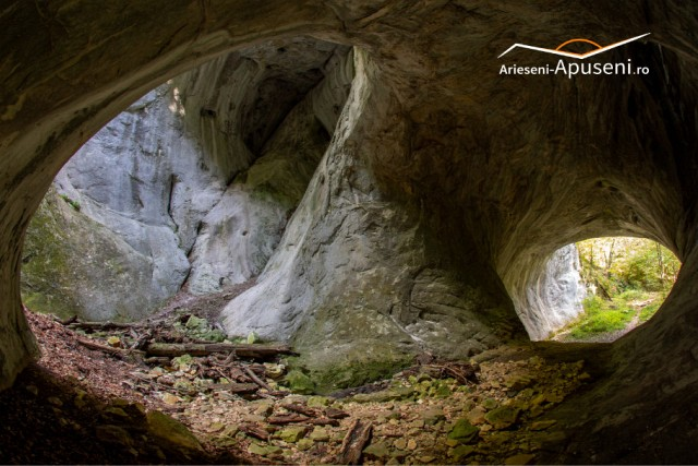 Sala mare a Peșterii Porțile Bihorului - în dreapta intrarea iar în stânga fereastra spre cer
